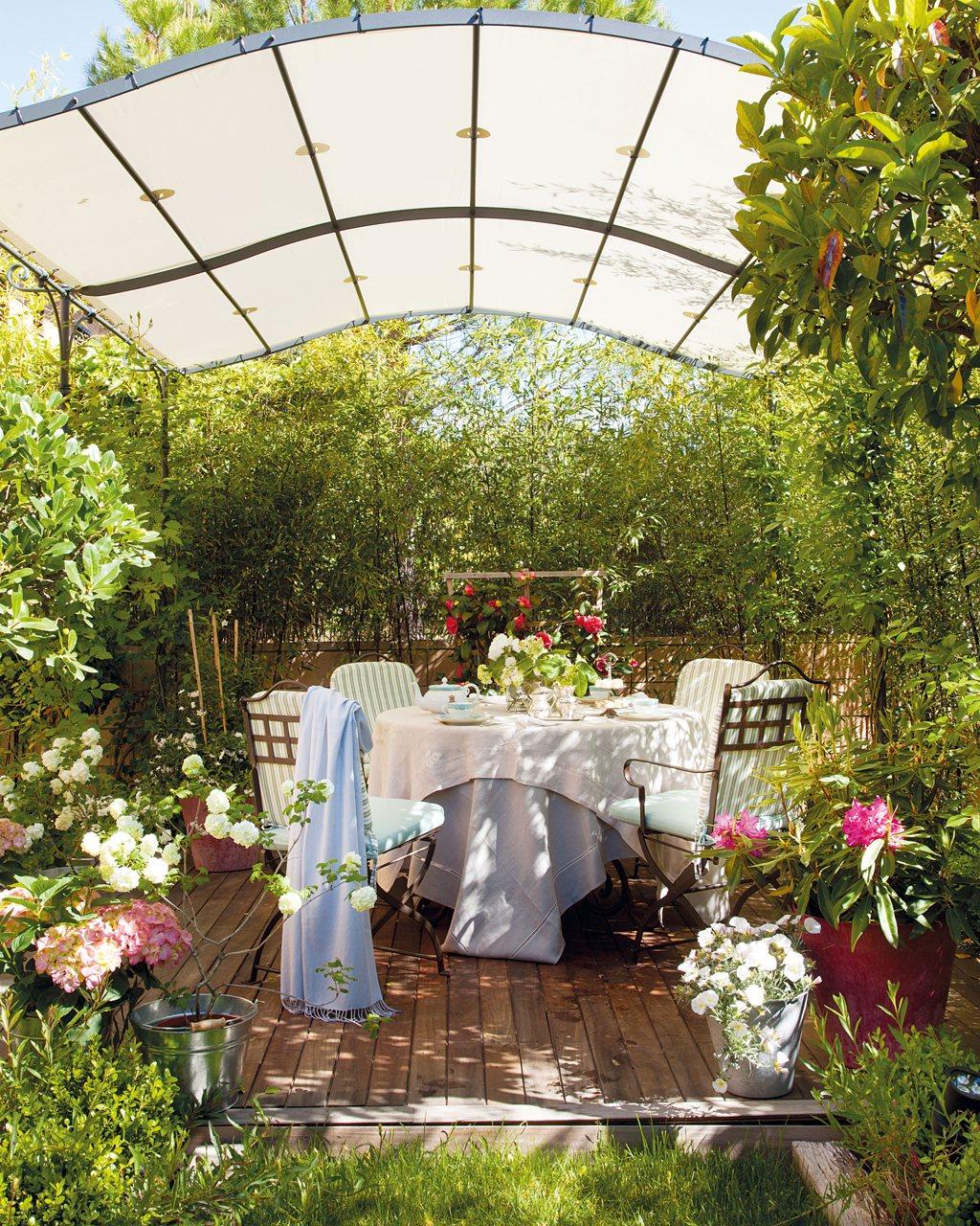 Dos porches dos estilos d a y noche al aire libre for Cenador para jardin