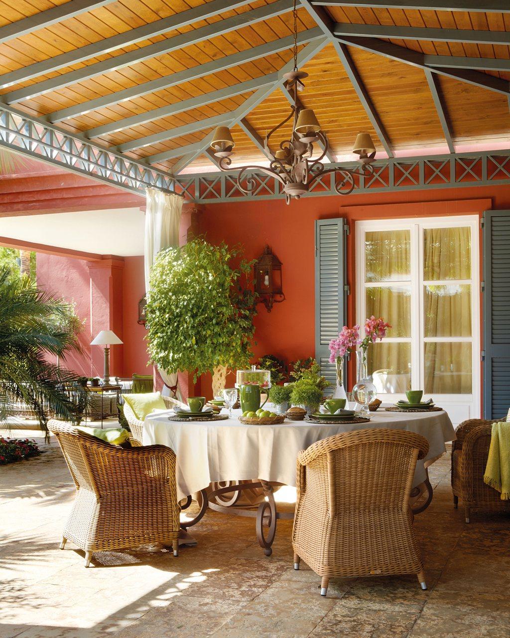 Dos porches dos estilos d a y noche al aire libre for Mesa porche