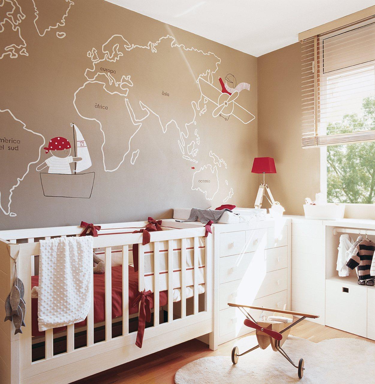 Habitación infantil con mapamundi pintado. Su primera habitación.