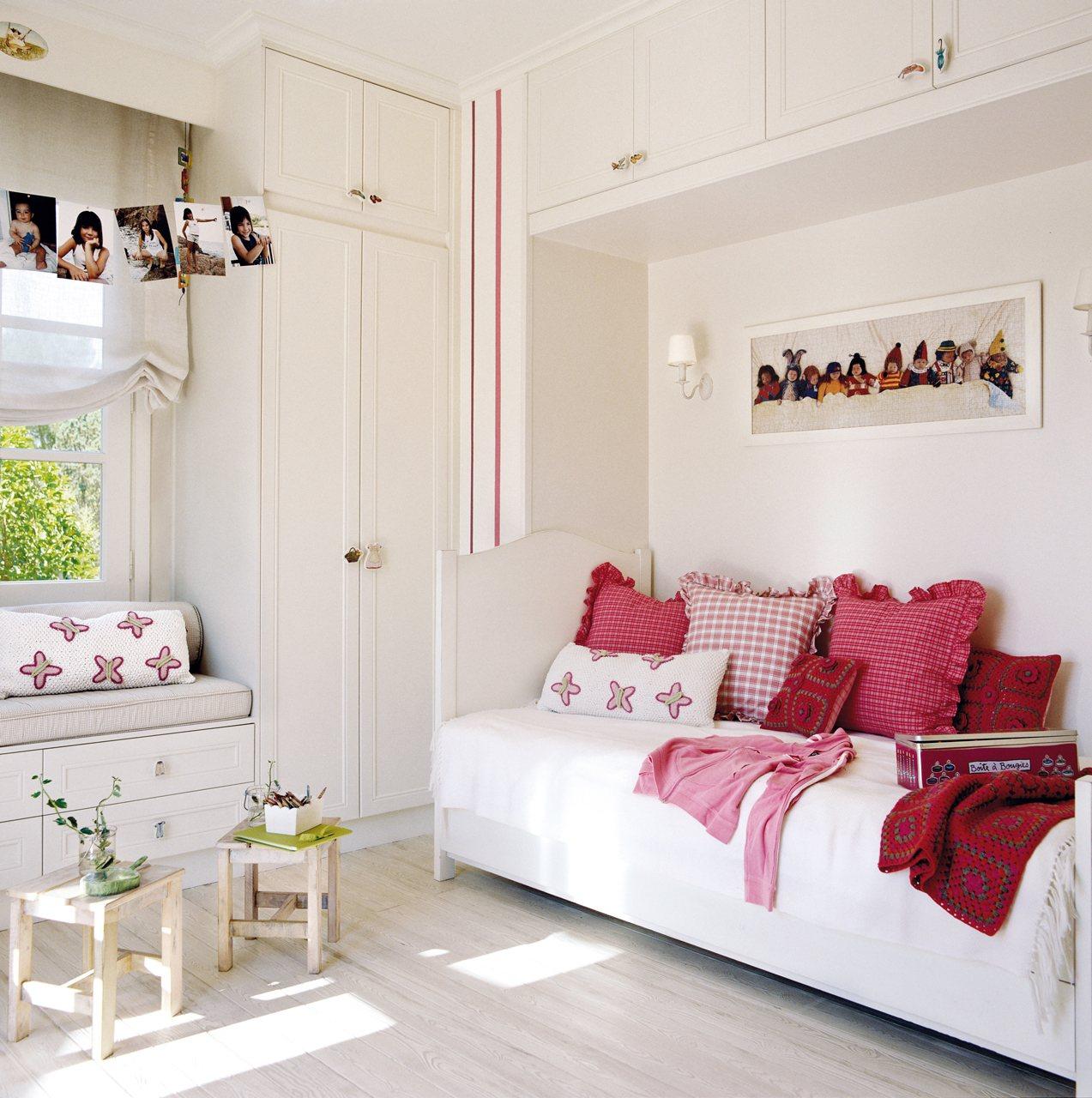 Habitación infantil con mueble sobre la cama. Maderas claras.
