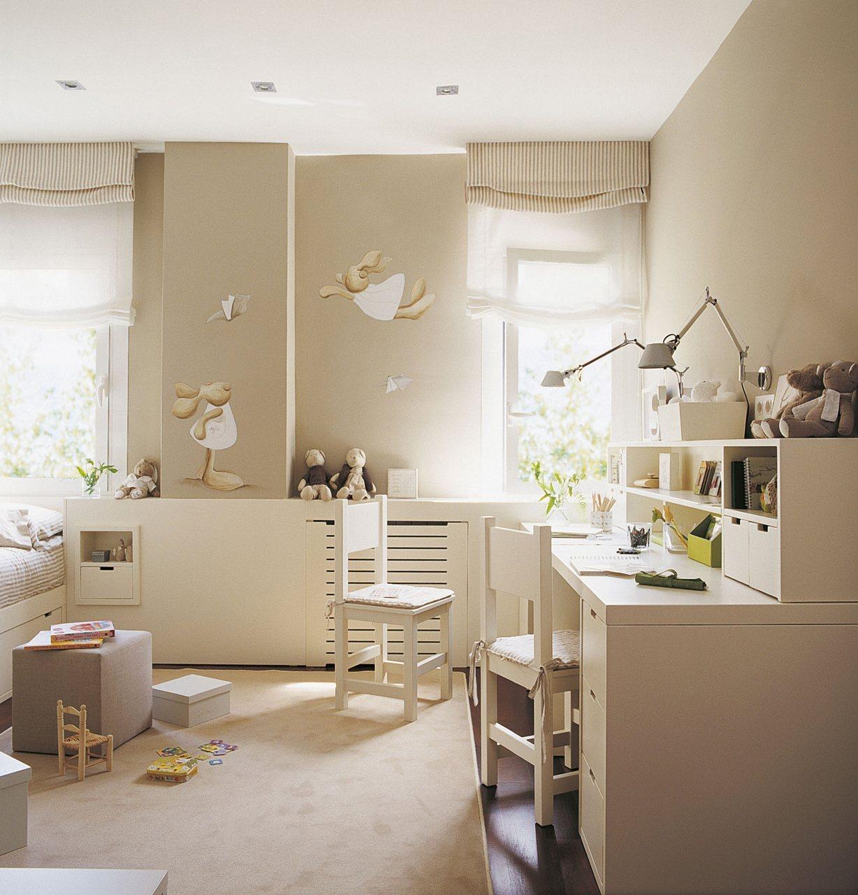 Zona de estudio y juegos en color beige. Zona de estudio.