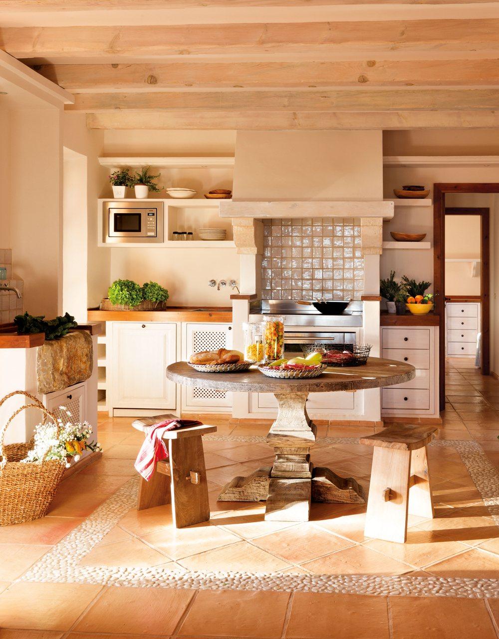 Una casa en mallorca rodeada de jard n y buganvillas for Mesa redonda cocina
