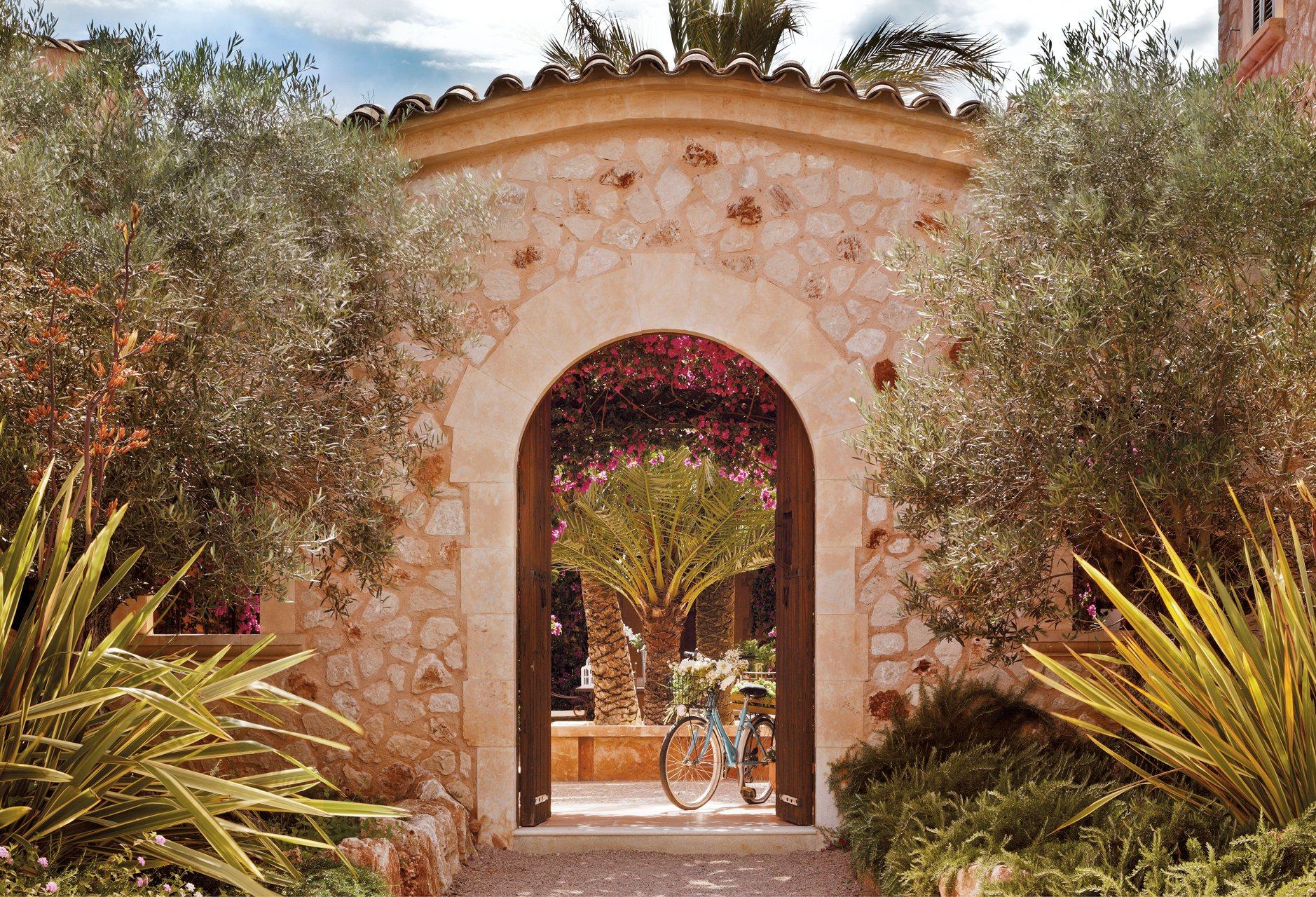 Una casa en mallorca rodeada de jard n y buganvillas for Jardin entrada casa