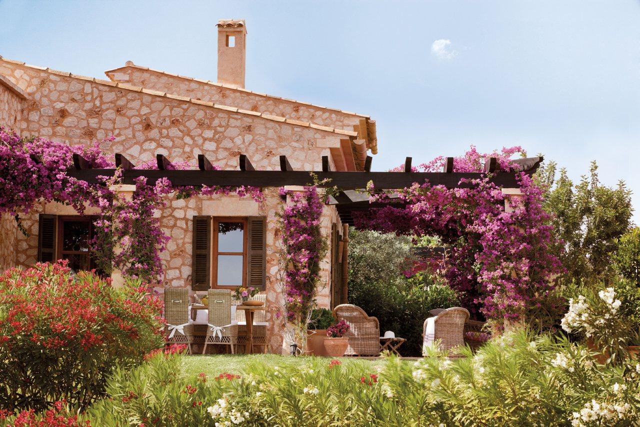 Una casa en Mallorca rodeada de jardín y buganvillas