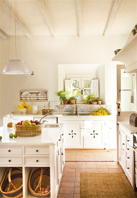 Una cocina campestre muy luminosa cocinas for Cocinas campestres