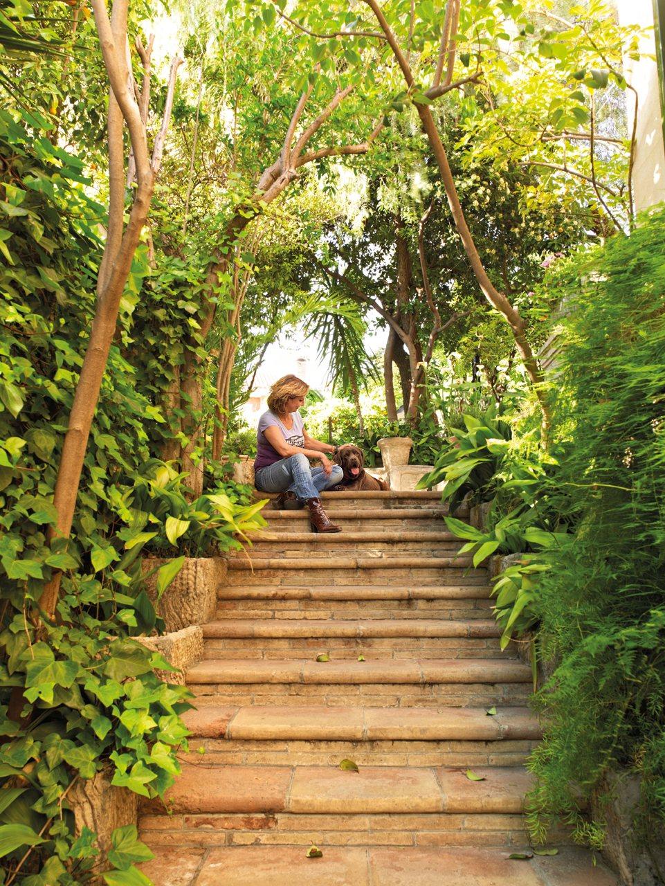 El exuberante jard n mediterr neo de la interiorista mar a - El jardin mediterraneo ...