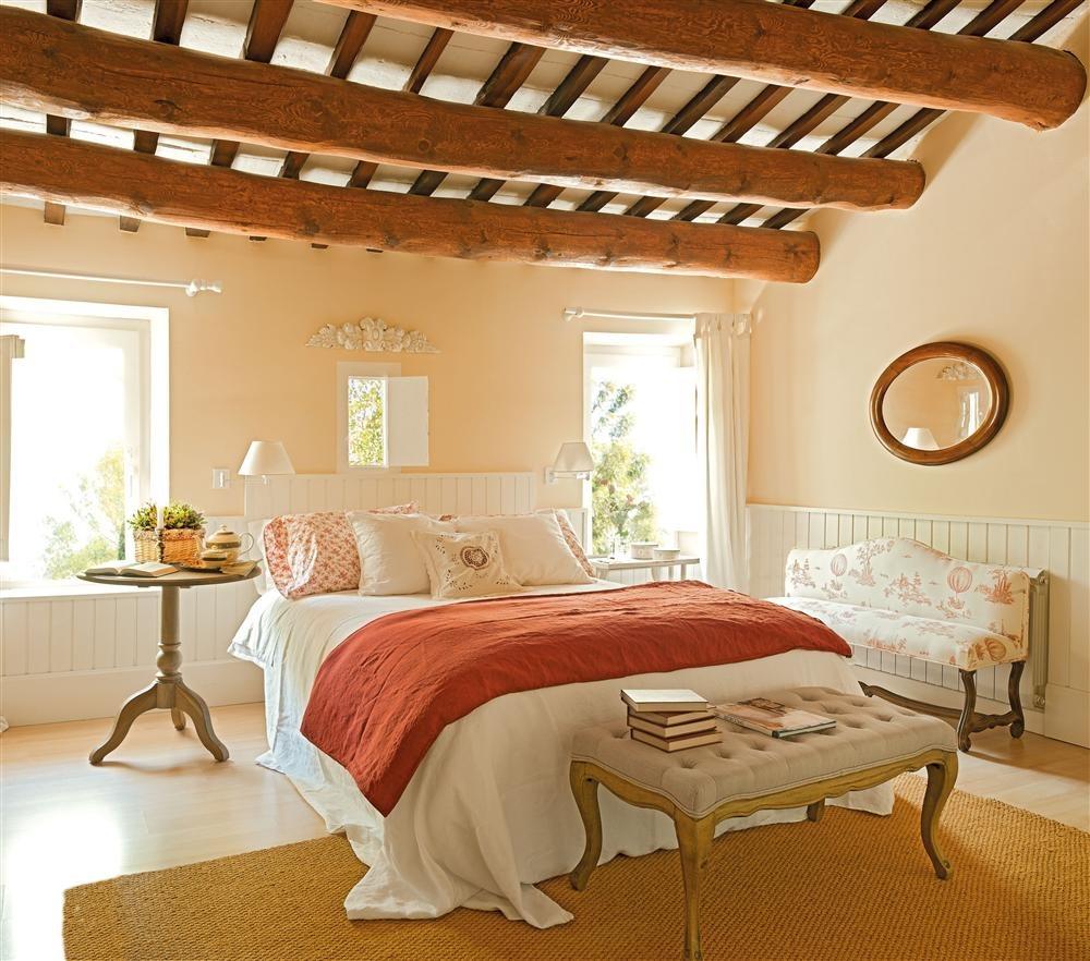 Dormitorio principal con arrimadero de madera. Dormitorio