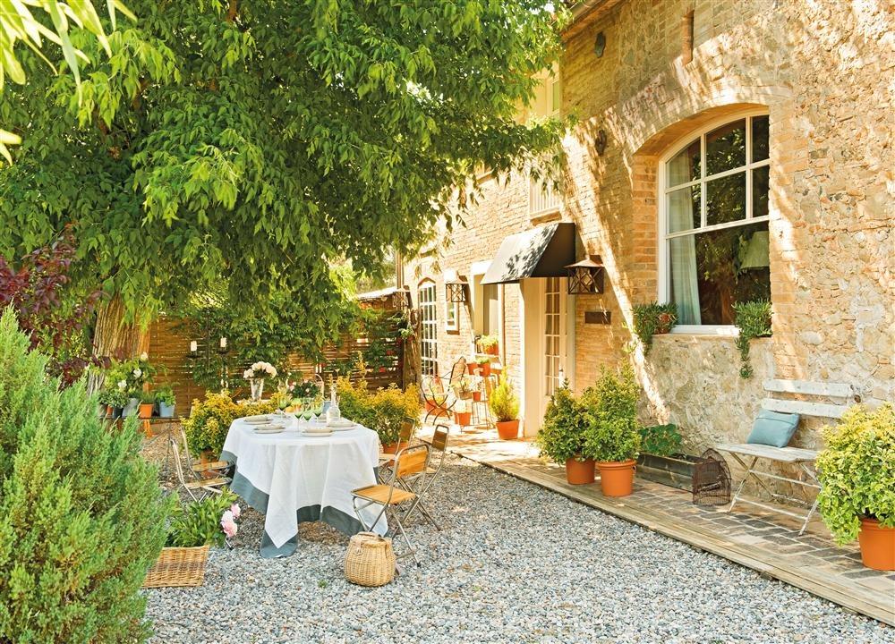 Una casa de campo restaurada for Jardines patios casas