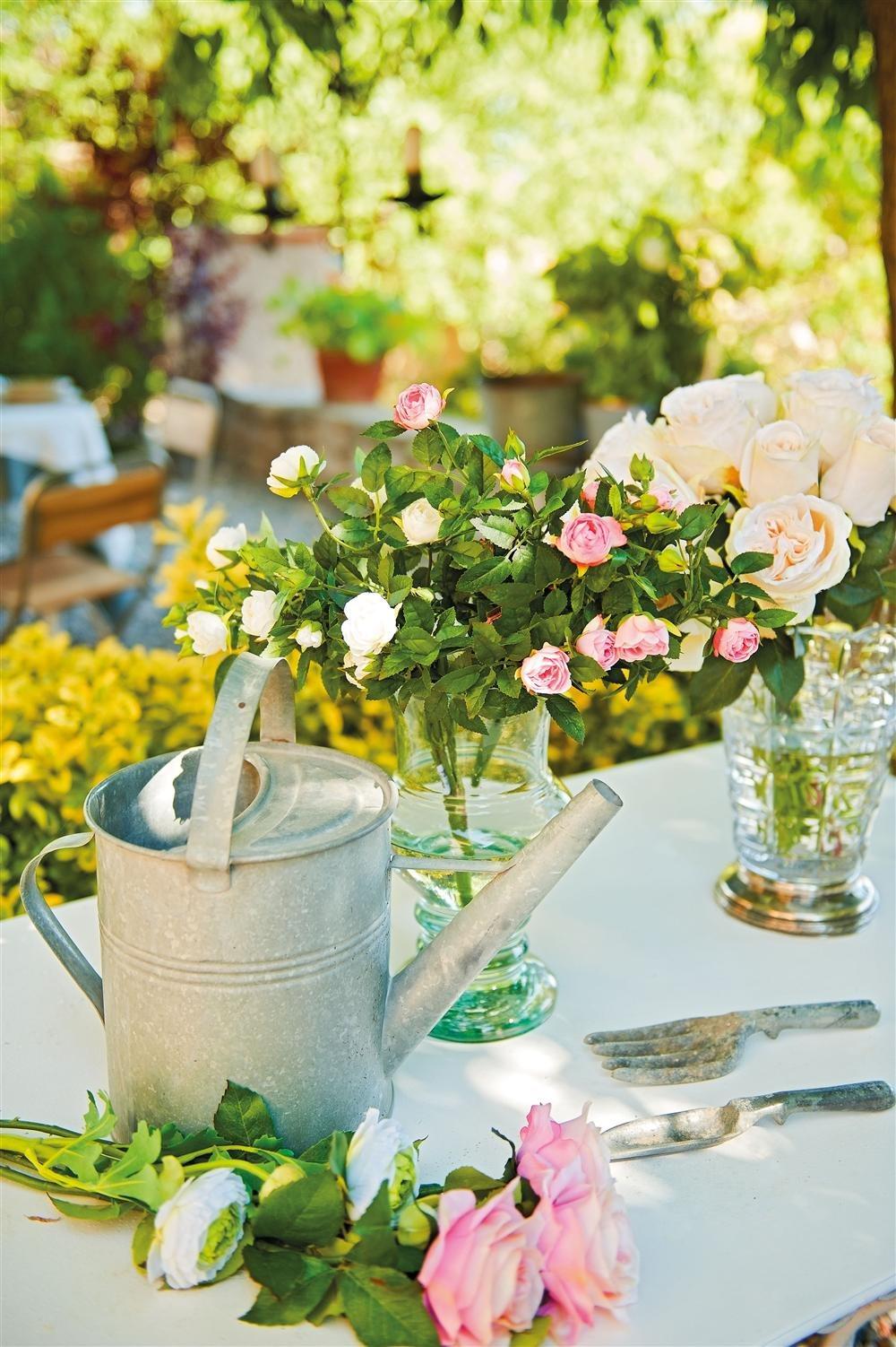 Regadera antigua en el jardín. Funcional y bella