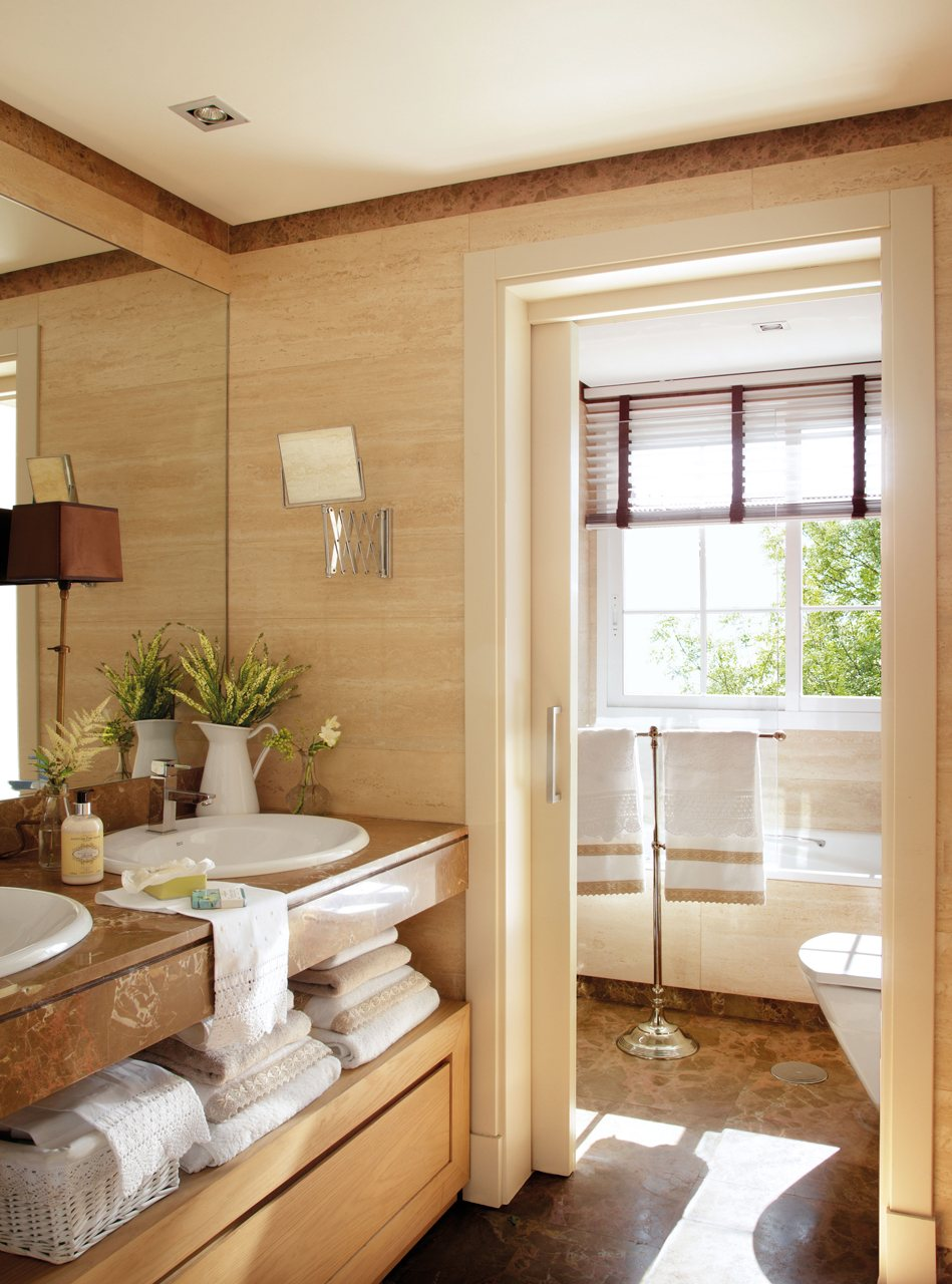Primer piso de la interiorista beatriz silveira for Banos con marmol travertino