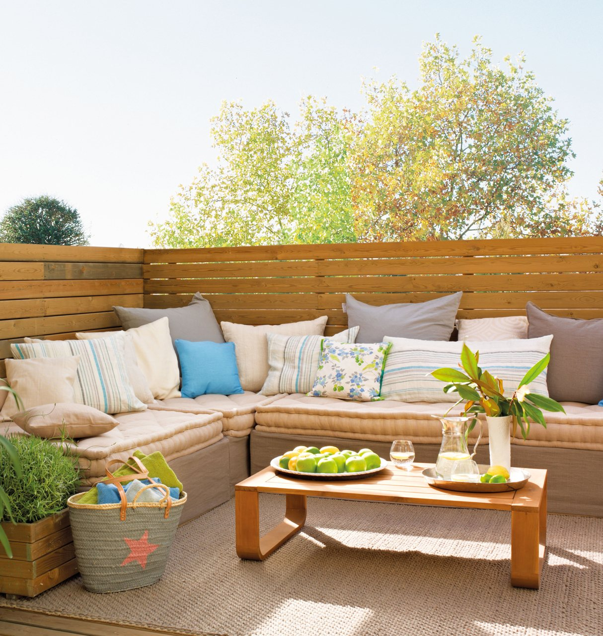 15 formas de aprovechar exteriores peque os for Sofa terraza madera