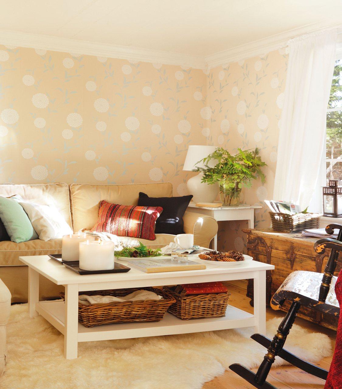 saln con papel pintado en las paredes sof beige y una mesa de centro blanca