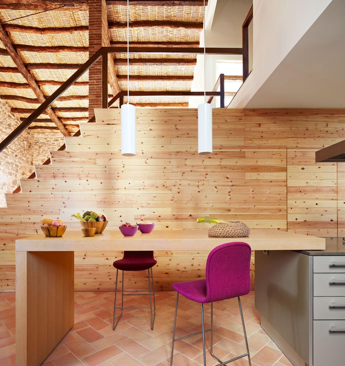 Una cocina r stica actualizada - Barra cocina pared ...