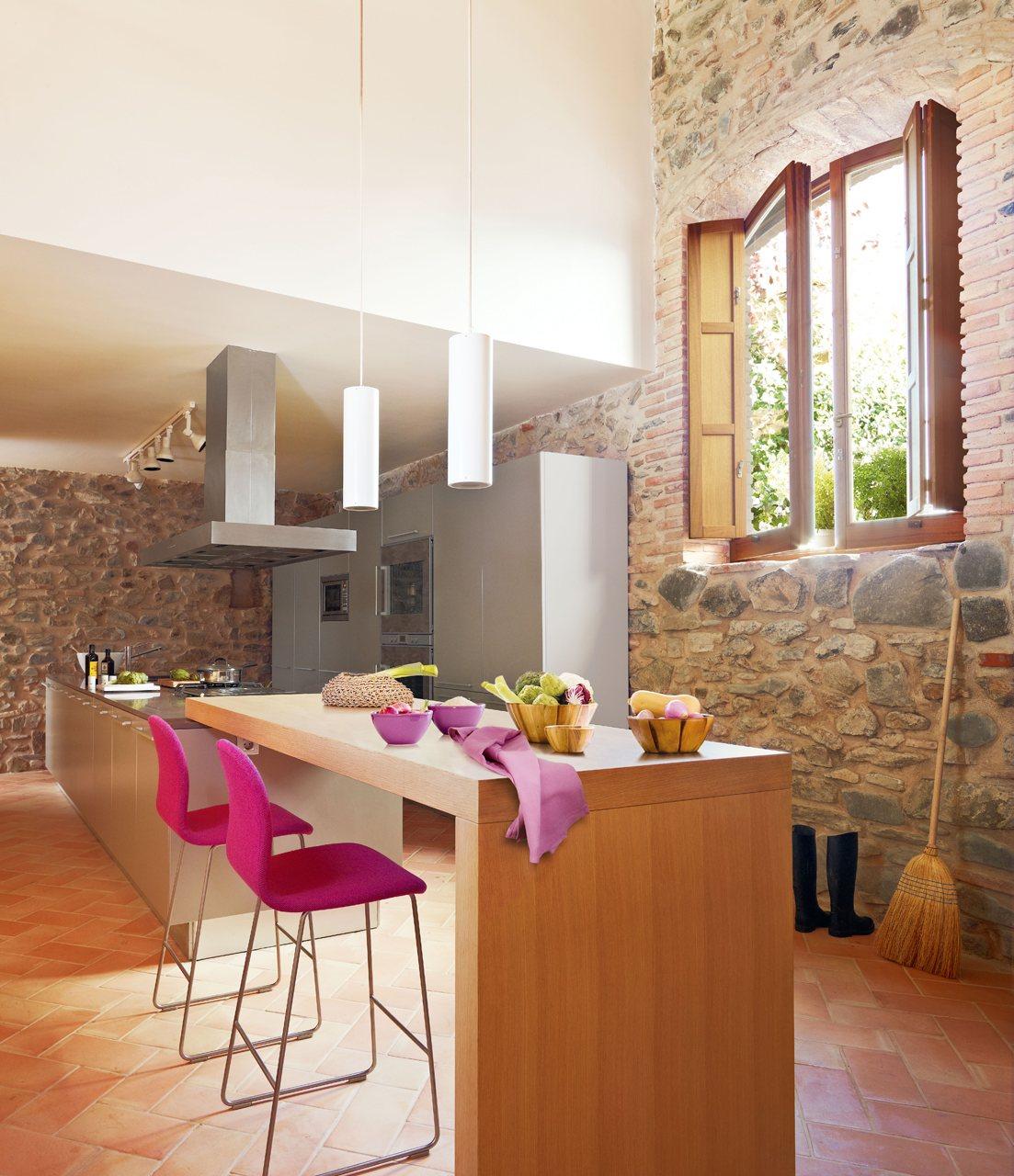 Una cocina r stica actualizada for Barras de cocina rusticas