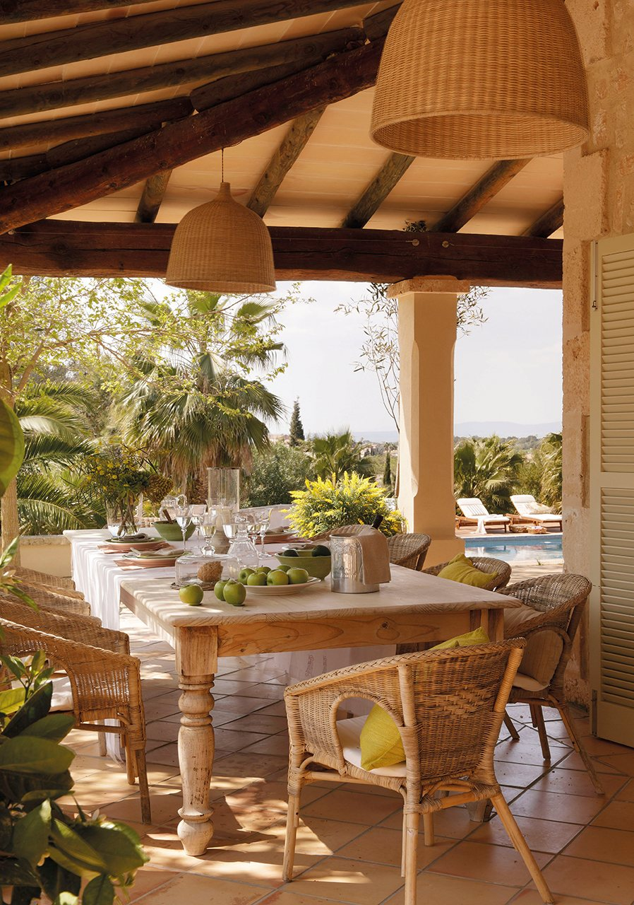 Un sal n comedor en el exterior - Casas con porche y terraza ...
