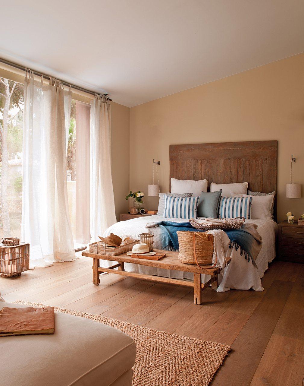 dormitorio principal con cabecero de madera dormitorio principal con suelo y mobiliario de madera con
