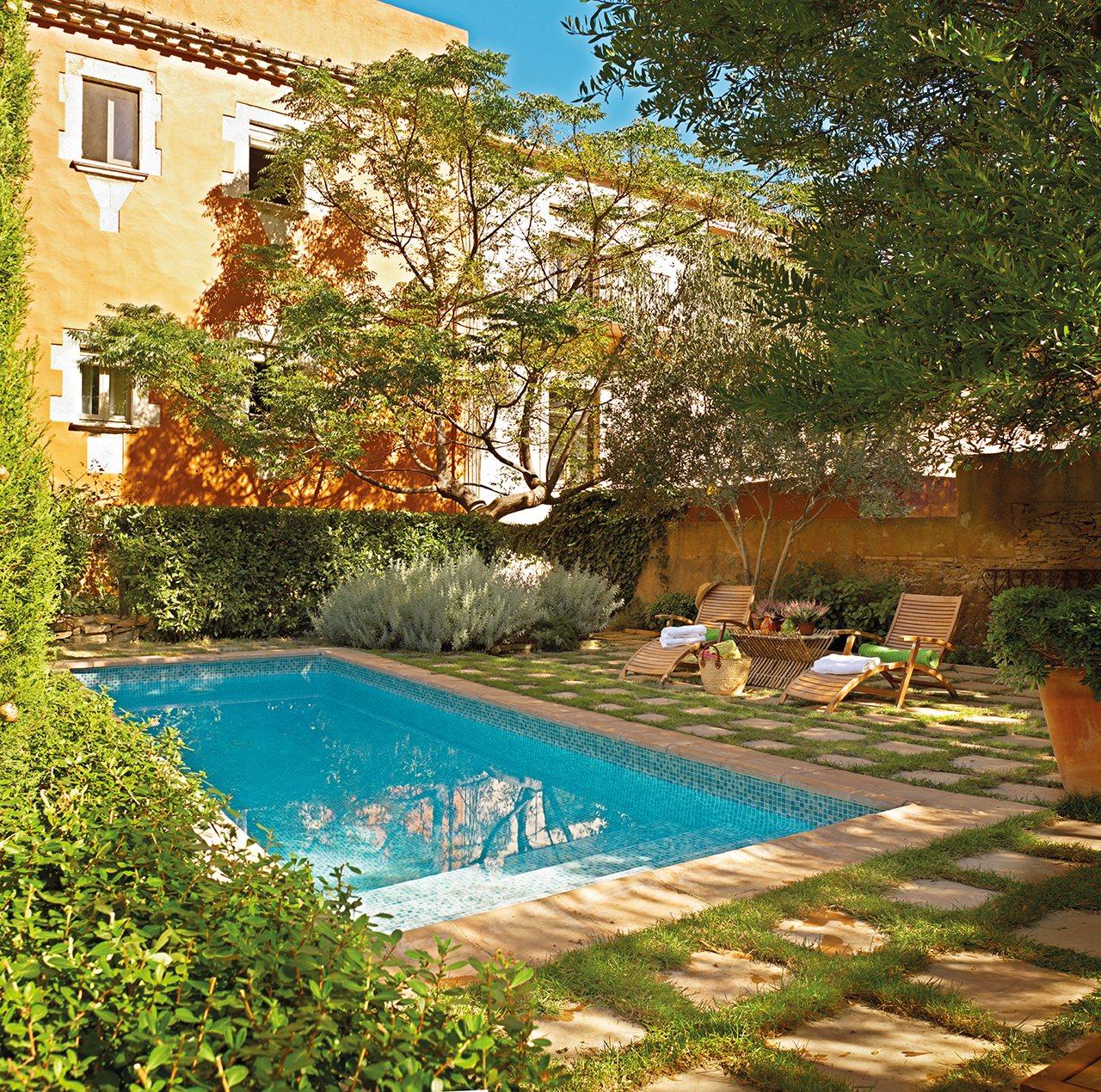 Las mejores piscinas para desconectar este verano for Piscinas en patios de casas