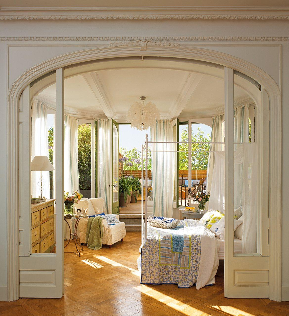 blanco dormitorio clsico con puertas correderas de doble hoja