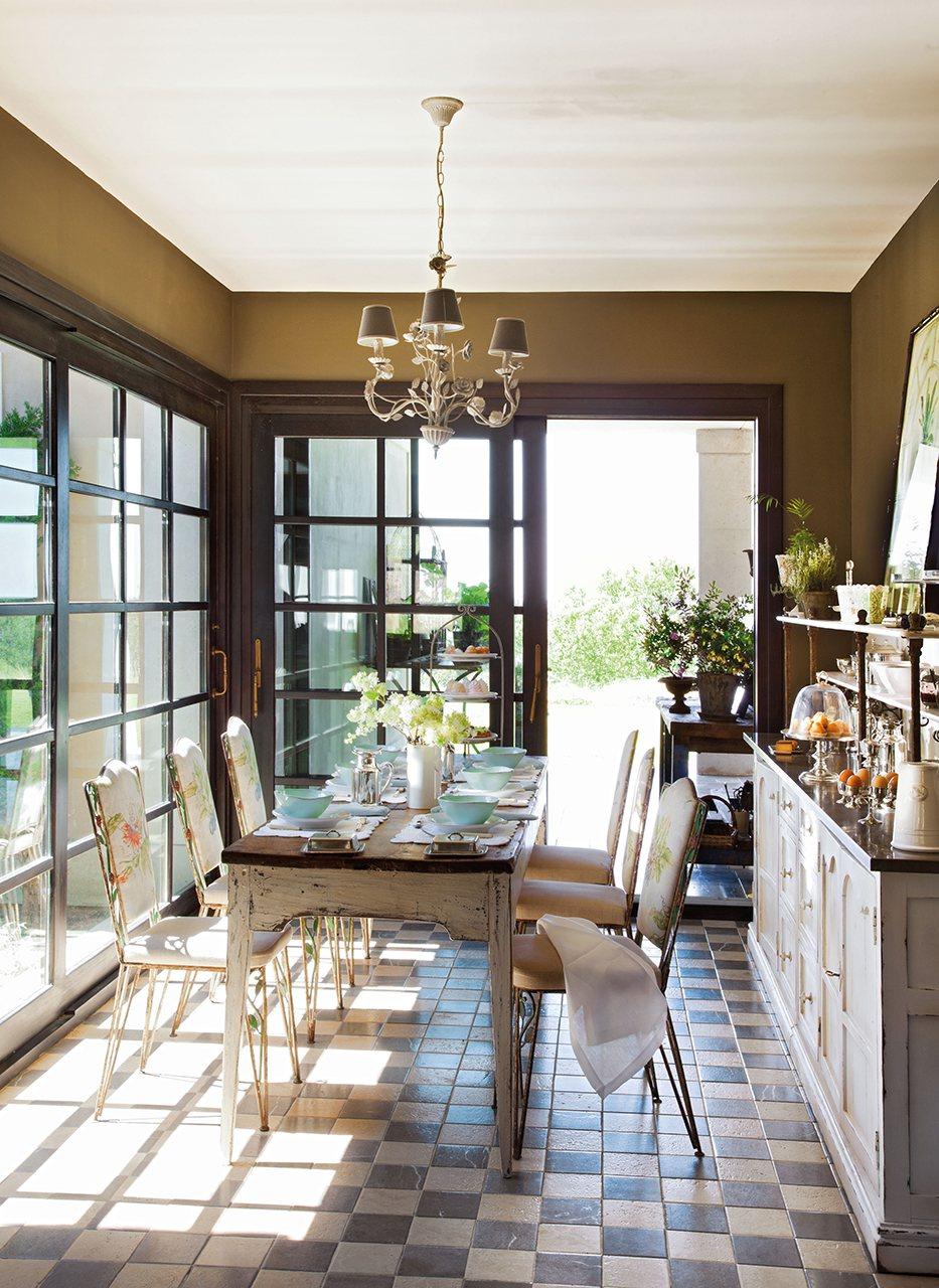 comedor con baldosas a cuadros y grandes puertas correderas de cristal al jardn