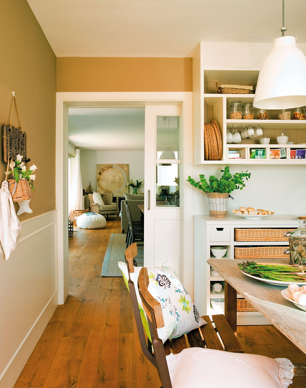 puerta corredera blanca que une la cocina con el saln comedor