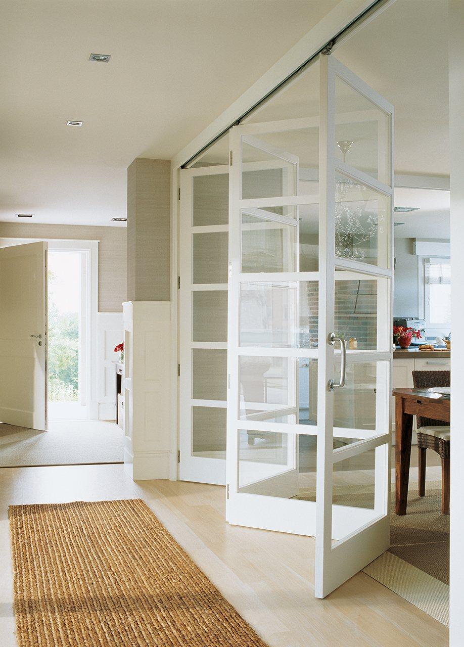 blanco pasillo con puertas correderas plegables que comunican con la office y la cocina