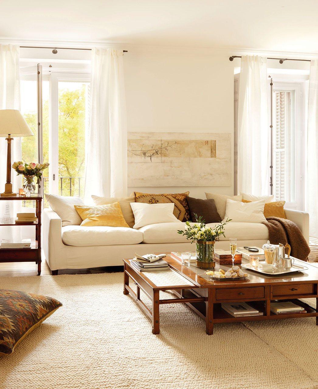 Salon con gran sofa y pocos muebles 1046x1280