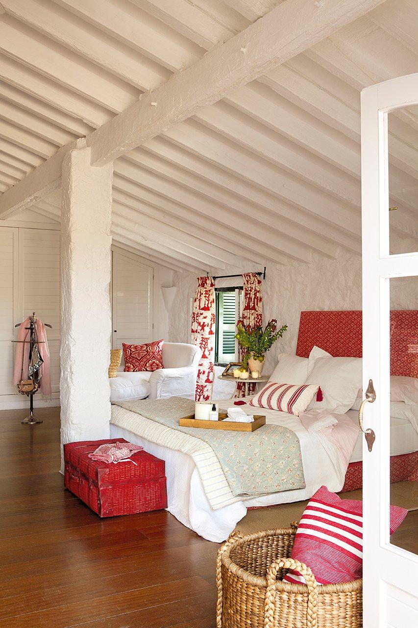 Una casa en menorca llena de vida for Dormitorio principal