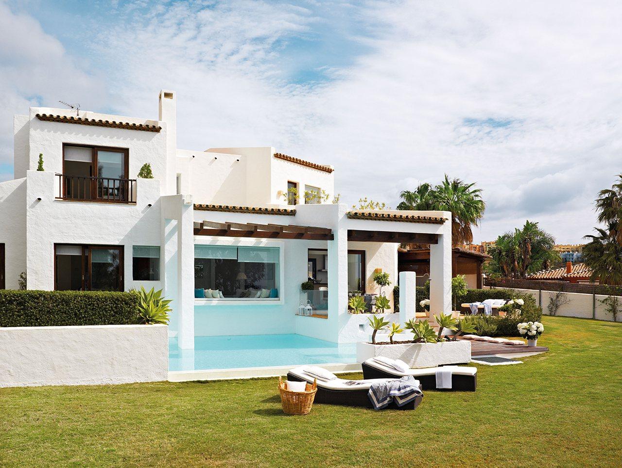 Una casa fresca de esencia andaluza for Casas con jardin y piscina