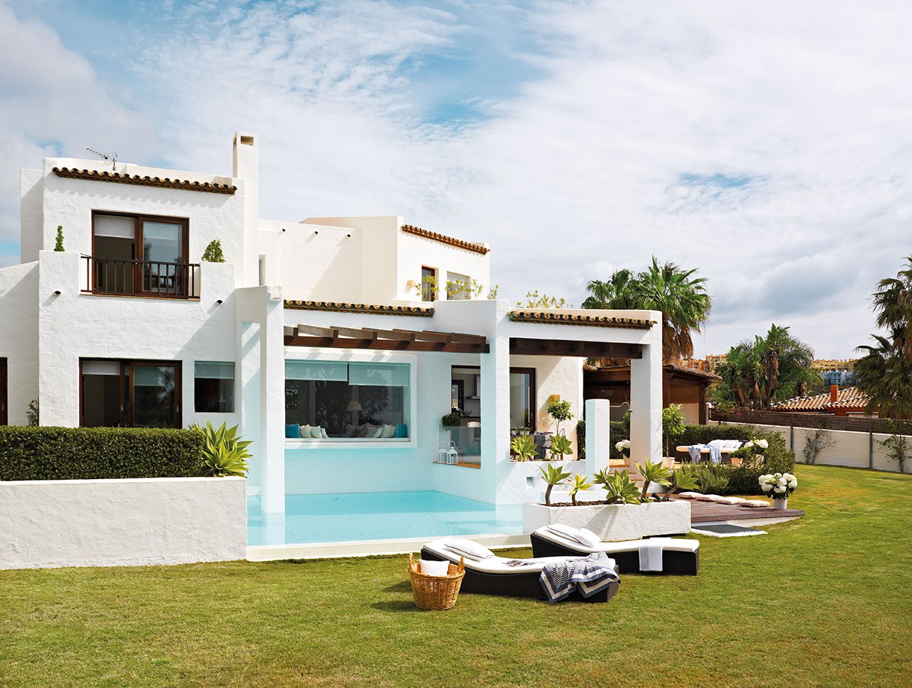 Una casa fresca de esencia andaluza for Fotos de fachadas de casas andaluzas