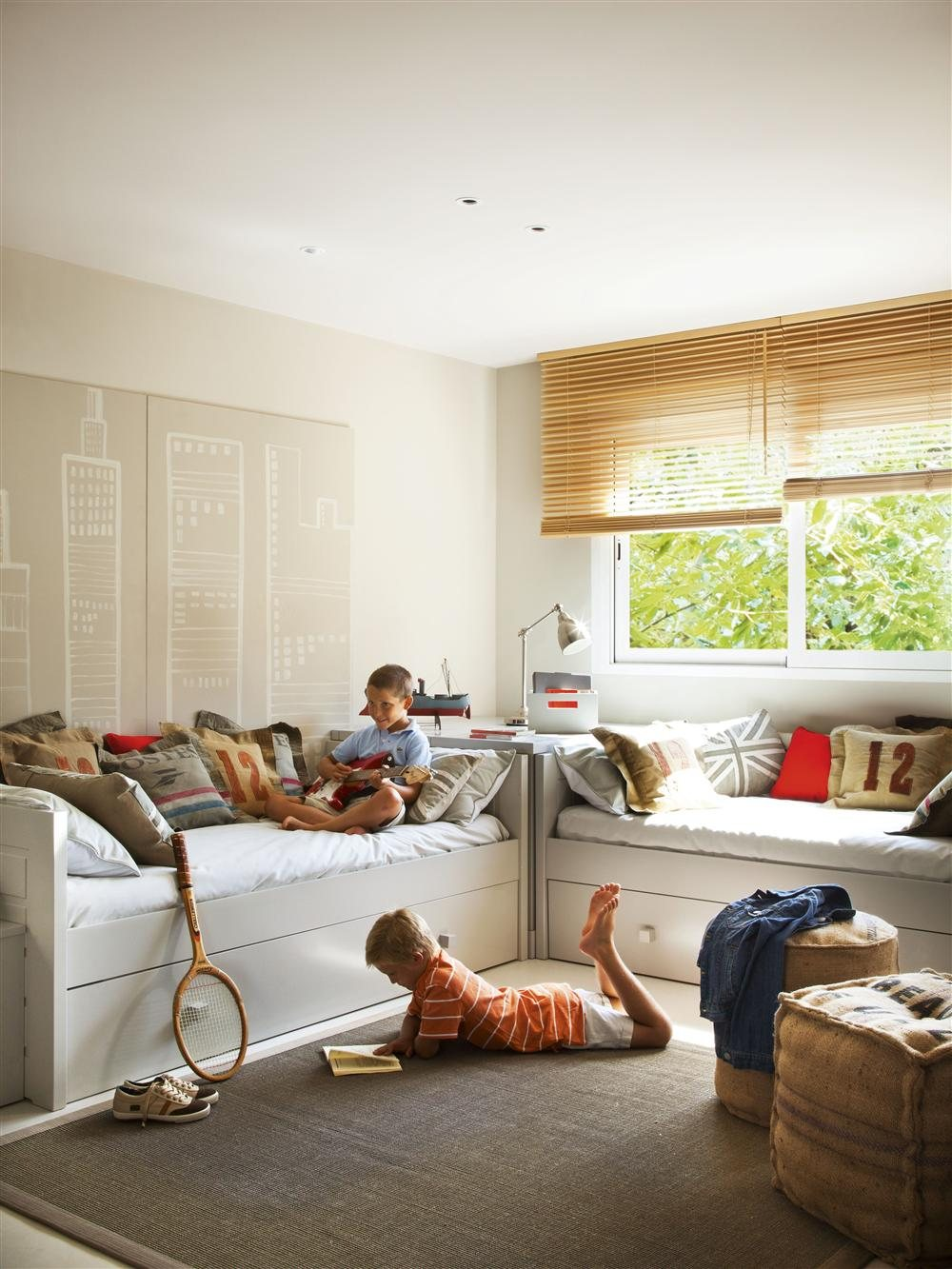 Una habitaci n decorada con n meros y letras for Pared de habitacion decorada
