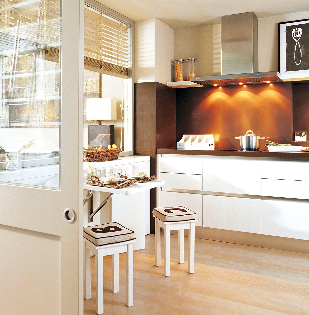 Trucos para poner un office en una cocina peque a for Mesa de cocina esquinera