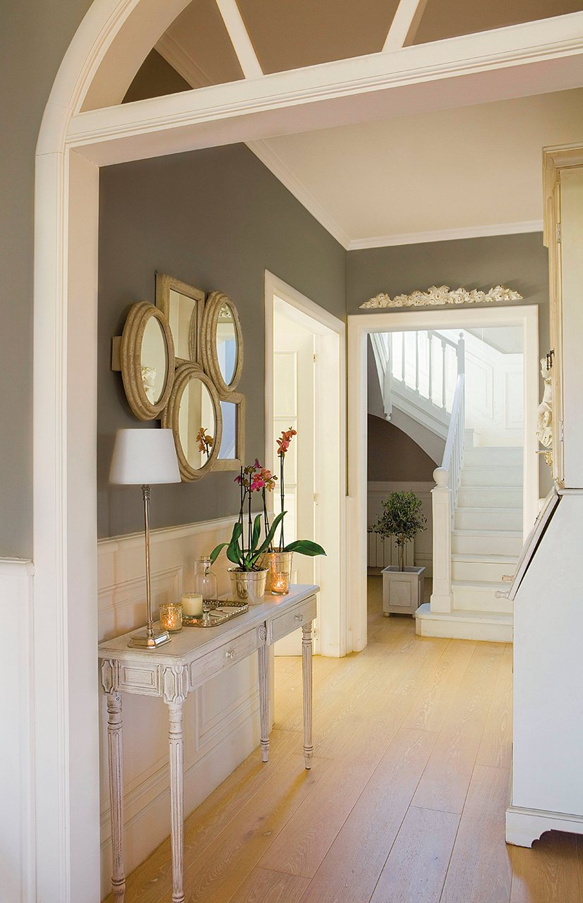 Ideas para la decoraci n de una entrada de casa for De que color para un pasillo con escaleras