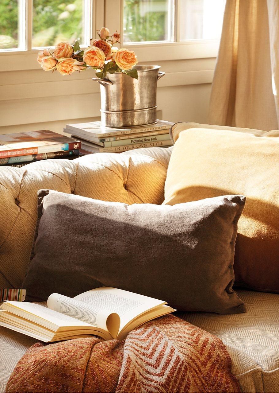 Un plus de nobleza en un piso de madrid - Sofa de cojines ...