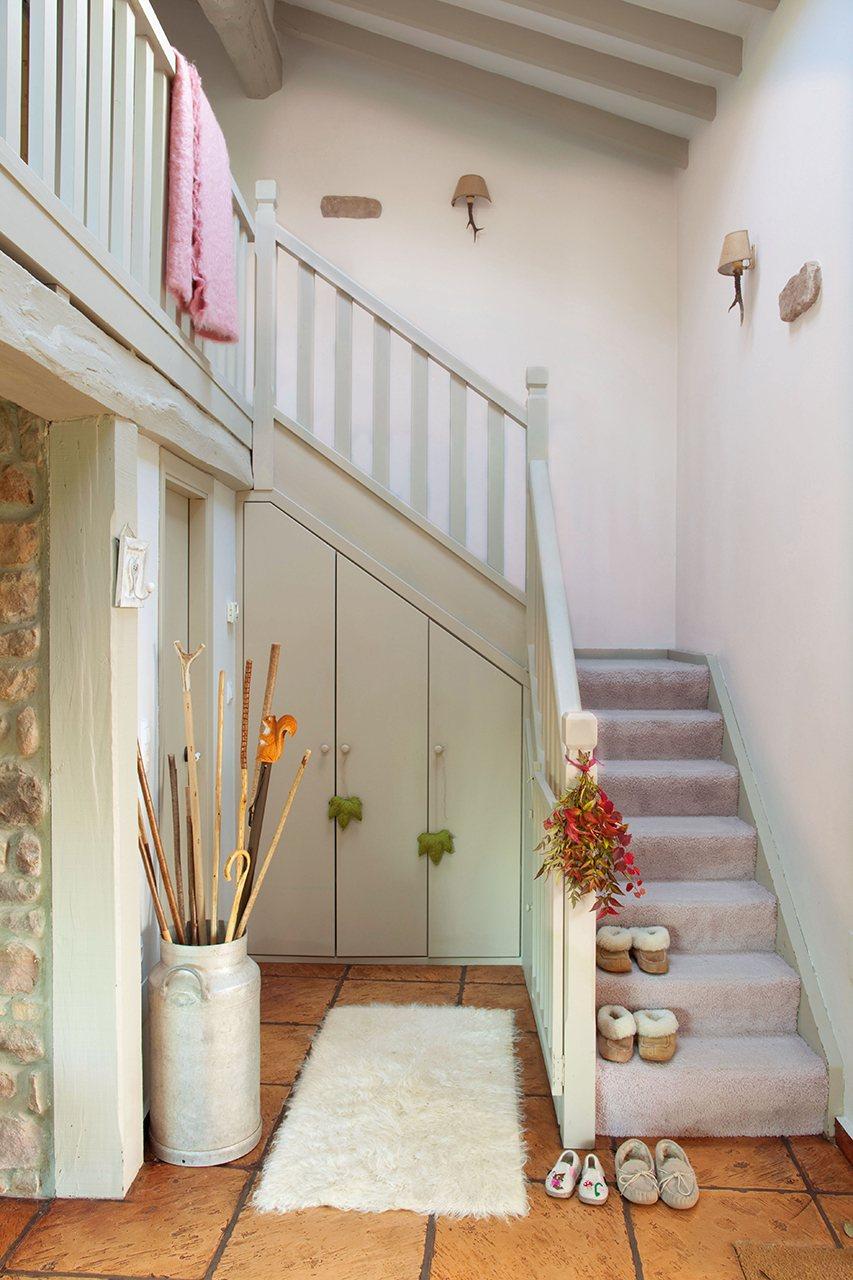 Hazte hueco crea espacios nuevos en tu casa for Escaleras con medio bano