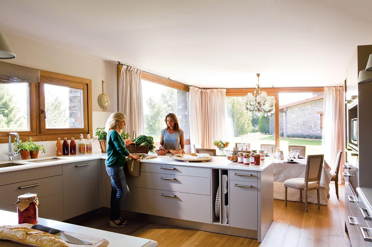 Una casa en el campo para disfrutar sin prisas for Cocinas en u con peninsula