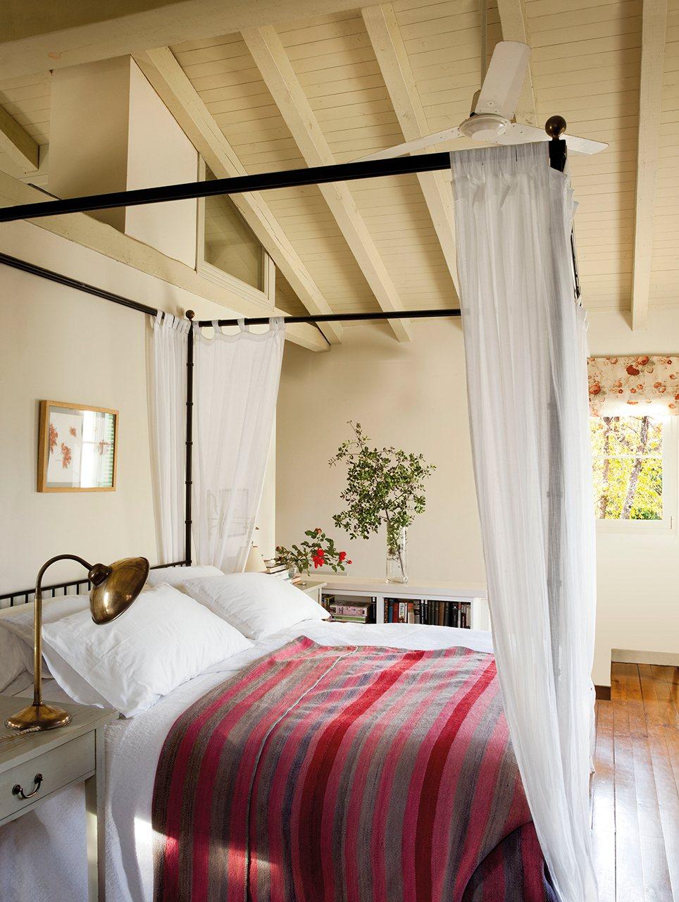 Una casa construida en el bosque - Visillos para dormitorios ...