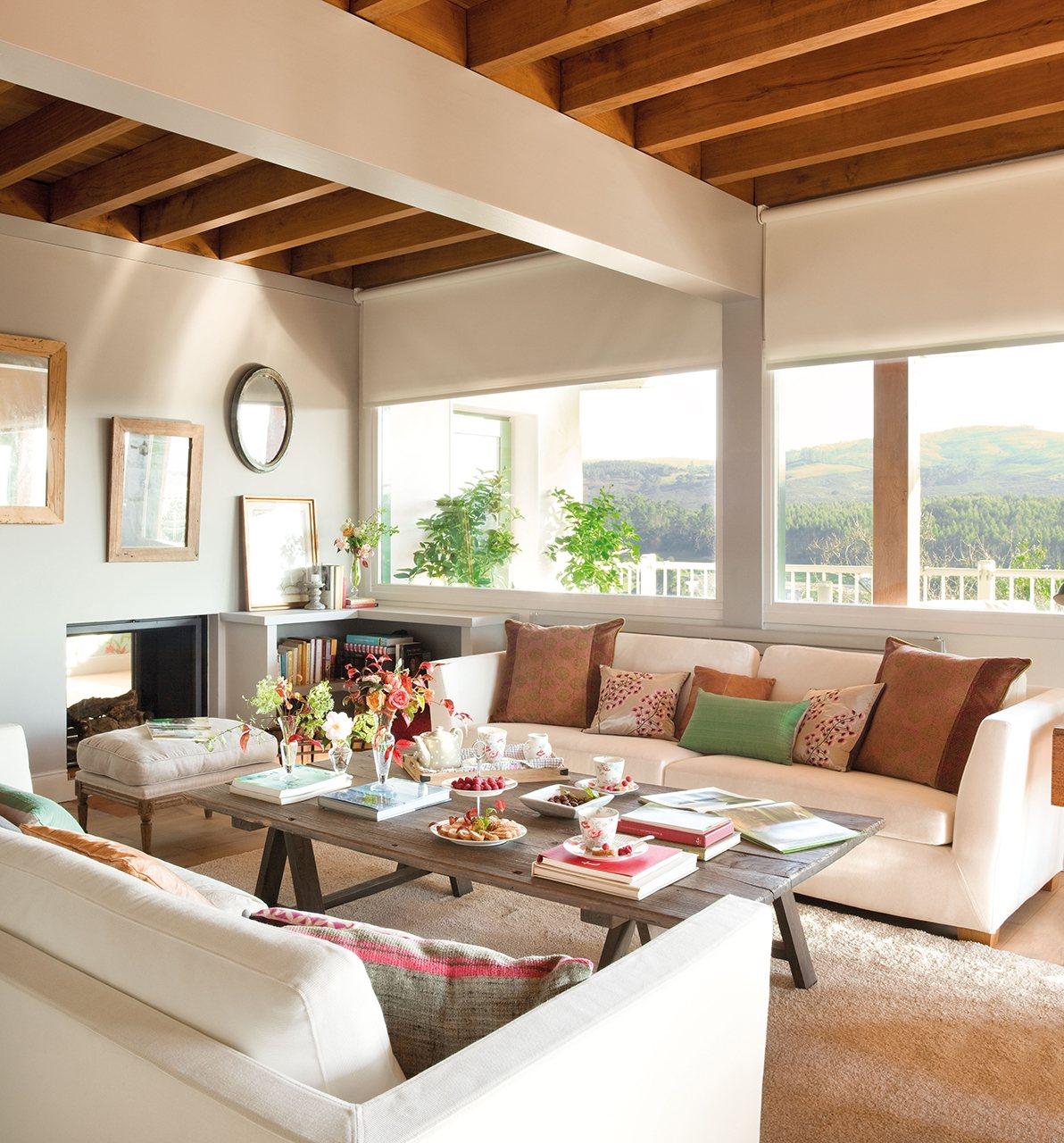 C mo elegir telas para las cortinas del sal n - Lamparas para techos con vigas de madera ...
