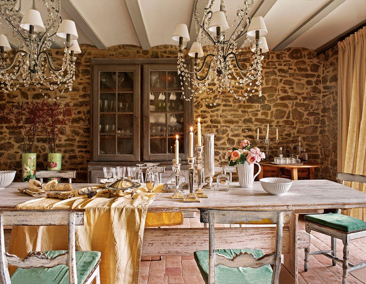 comedor con mesa y aparador antiguos pared de piedra una decoracin muy buscada