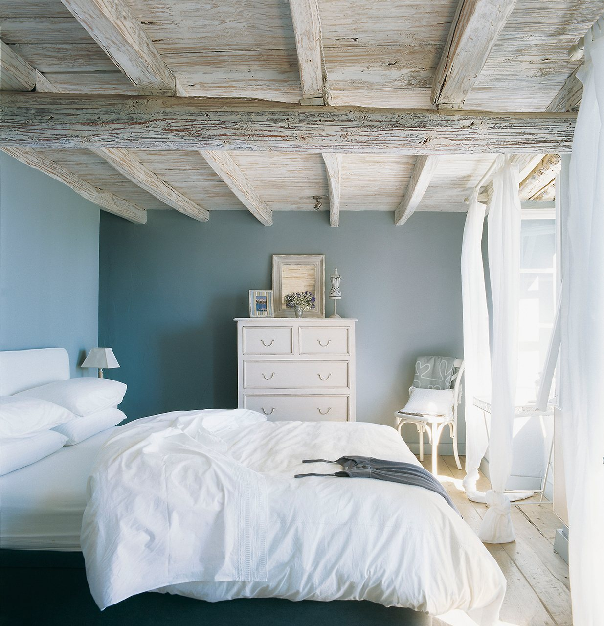 Transforma tu casa con la pintura for Dormitorio blanco y madera