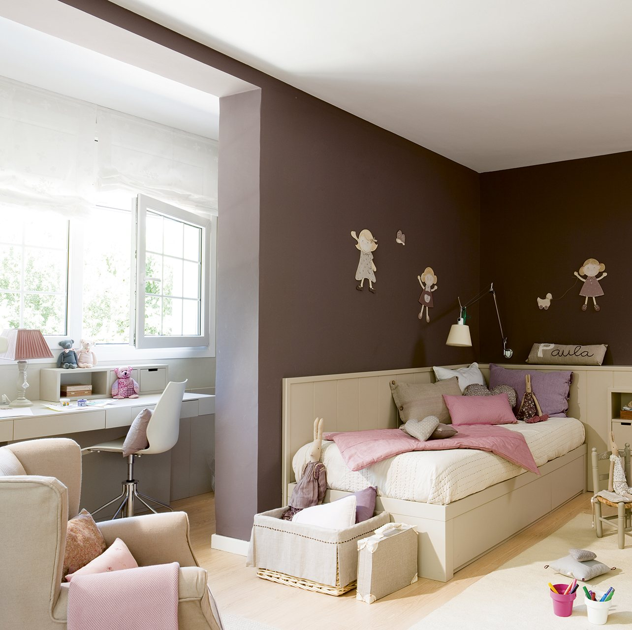 Dormitorio infantil con pared color chocolate. Camufla.