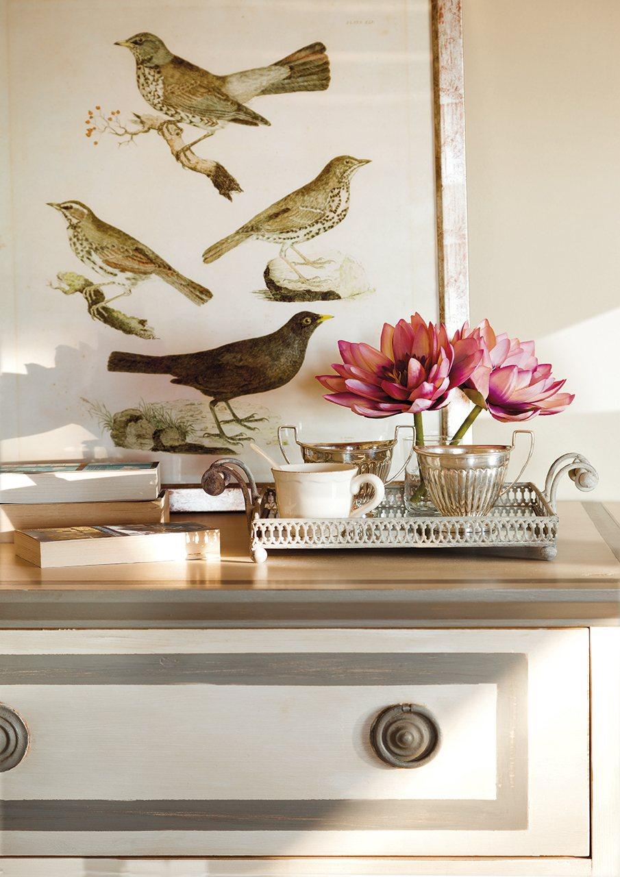 Detalle cuadro de pájaros y juego de plata. Muy romántico