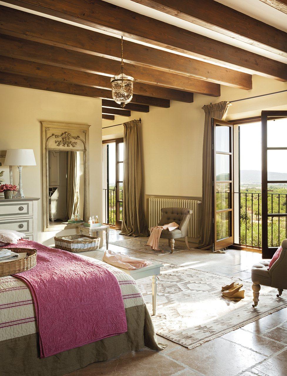 Dormitorio con vistas a la sierra de Tramuntana. Toques mallorquines