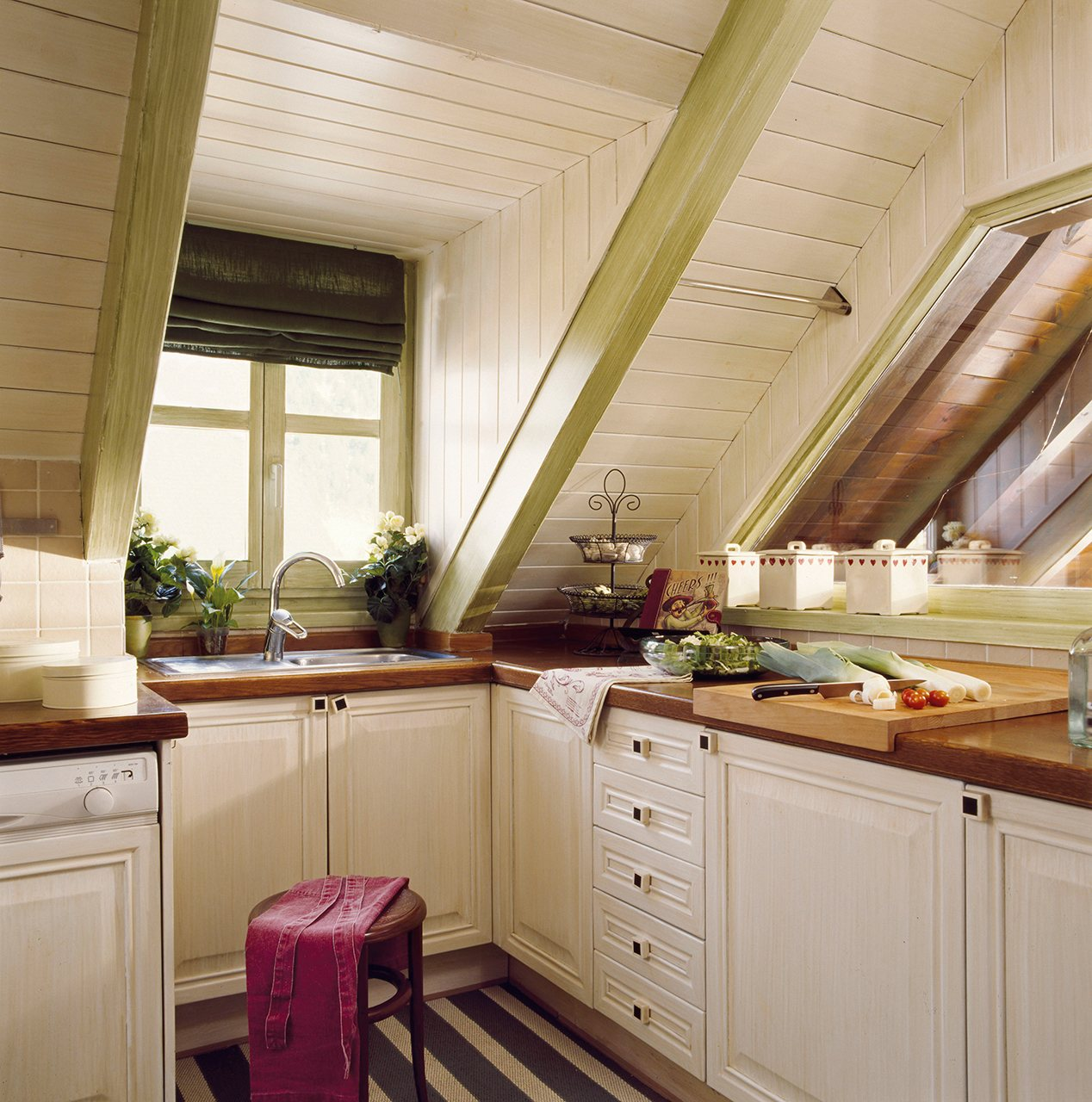 cocina en madera blanca con vigas verdes una cocina en la buhardilla