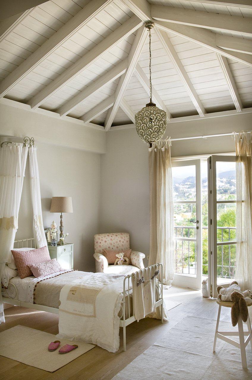 Una coqueta habitaci n en tonos pastel for Dormitorio nina blanco