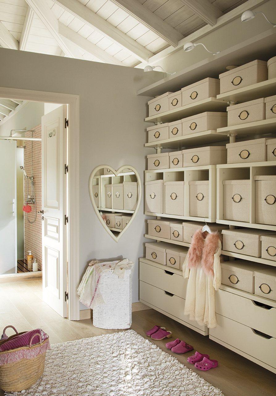 Baño Abierto Al Vestidor:Una coqueta habitación en tonos pastel