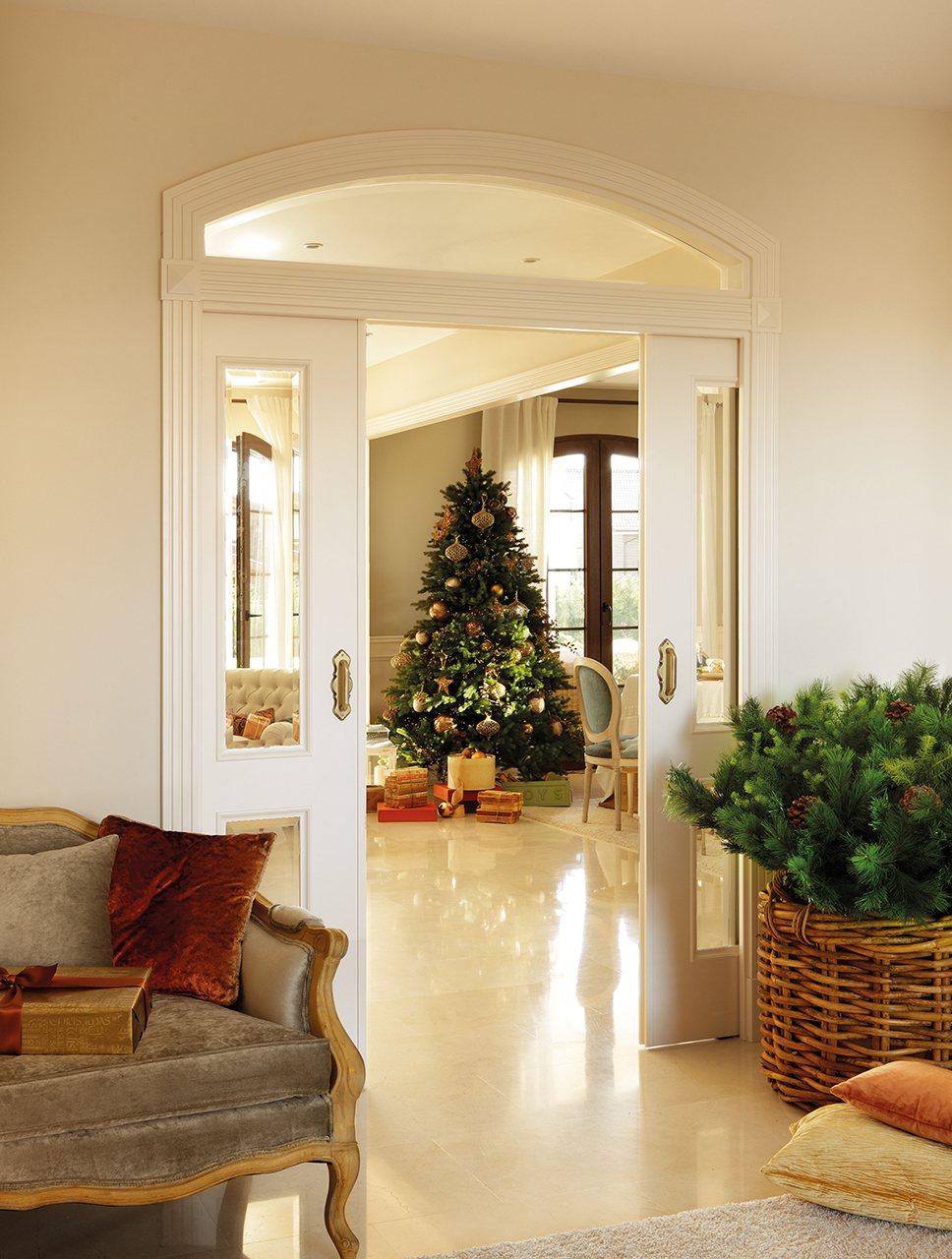 Una casa de navidad para disfrutar en familia for Salones decorados para navidad