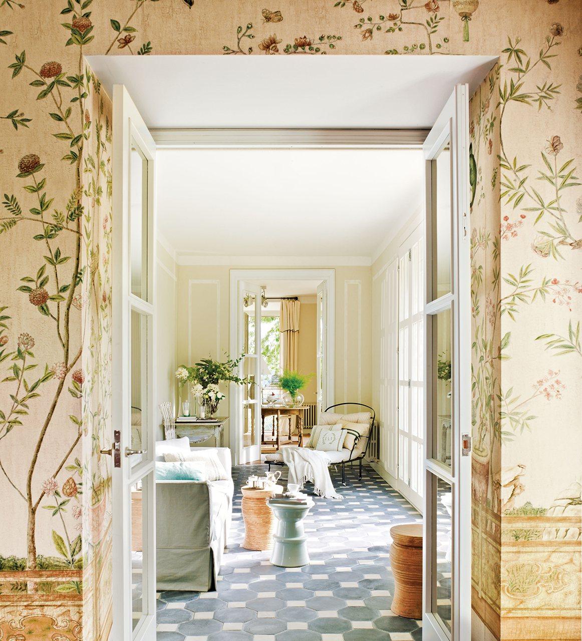 C mo renovar un mueble for Papel pintado entrada