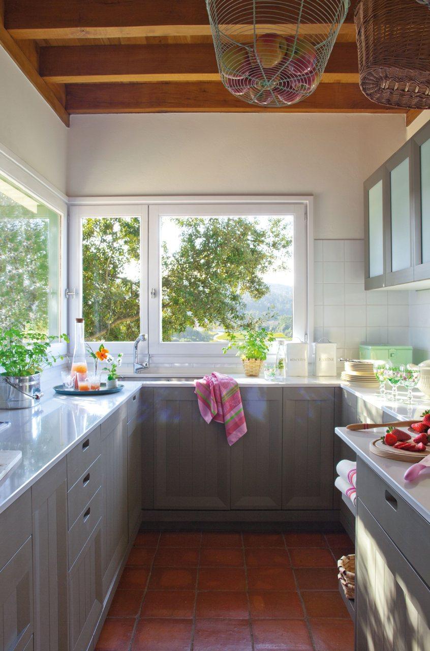 cocina con amplios ventanales y cesta en el techo con manzanas luz a raudales