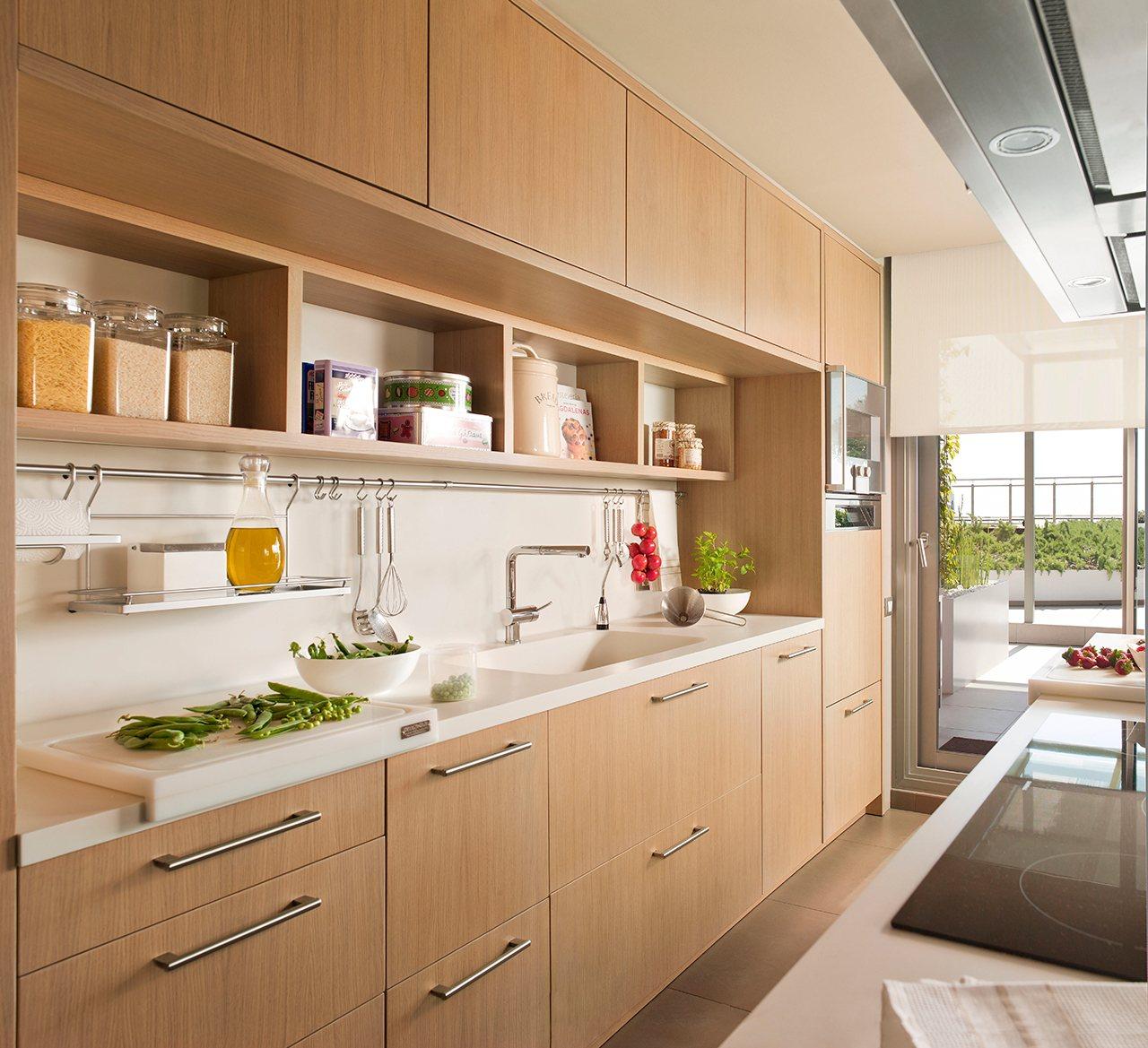 Ideas para aprovechar el espacio en las cocinas peque as for Muebles cocina madera