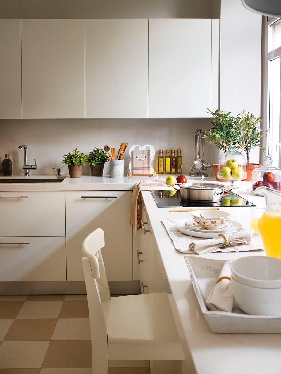 cocina con muebles lacados en blanco mate sin tiradores